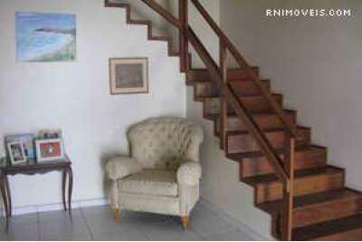 Entrada e escada para piso superior