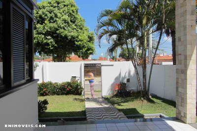 Jardim e portão de entrada