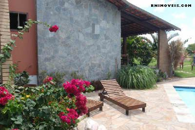 Casa com piscina e jardim