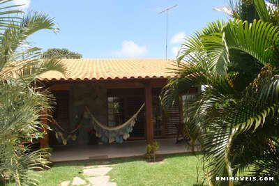 Casa com jardim gramado e arborizado