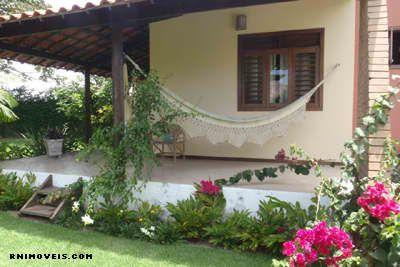 casa com varandas e jardim