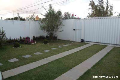 Duplex em Nova-Parnamirim, com jardim, murado e cerca elétrica.
