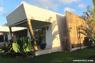 Casa com jardim e varandas