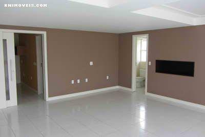Ampla sala no piso térreo