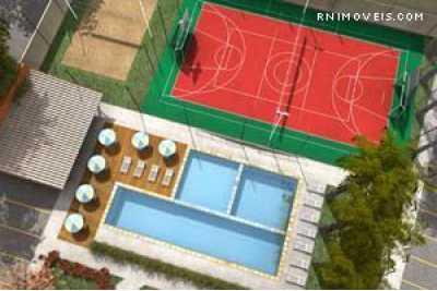 Área de lazer com piscina e quadra