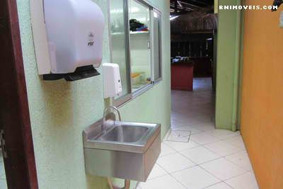Área da cozinha do lado oposto à área dos banheiros