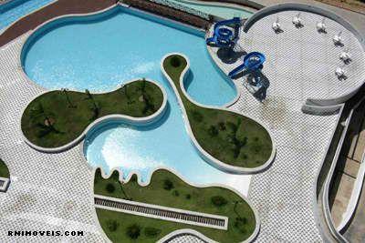 Área de lazer completa com piscina