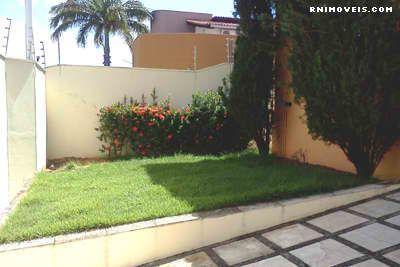 Terreno com jardim e quintal