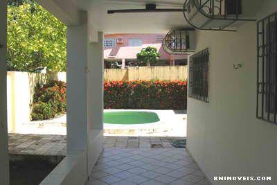 Garagem, jardim e piscina