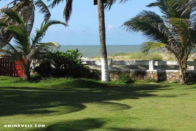 Jardim gramado e beira-mar