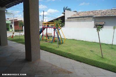 Área de lazer com playground e campo gramado