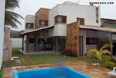 Casa com jardim e piscina