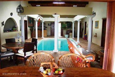 Interior com piscina