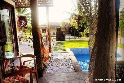 Varanda com vista para jardim e piscina
