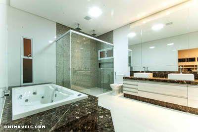 Banheiro com Jacuzi e duche