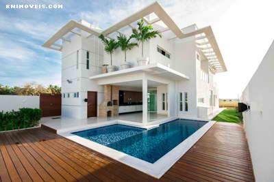 Casa com jardim, piscina e um imenso deck